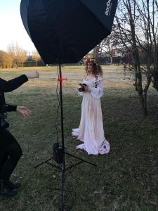 corsi di fotografia fine art rappresentante una donna con abito bianco lungo in un parco con un octabox Godox e falsh Quadralite