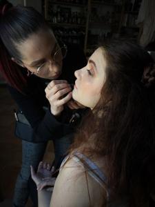 foto di modella al trucco in preparazione a ritratto fine art