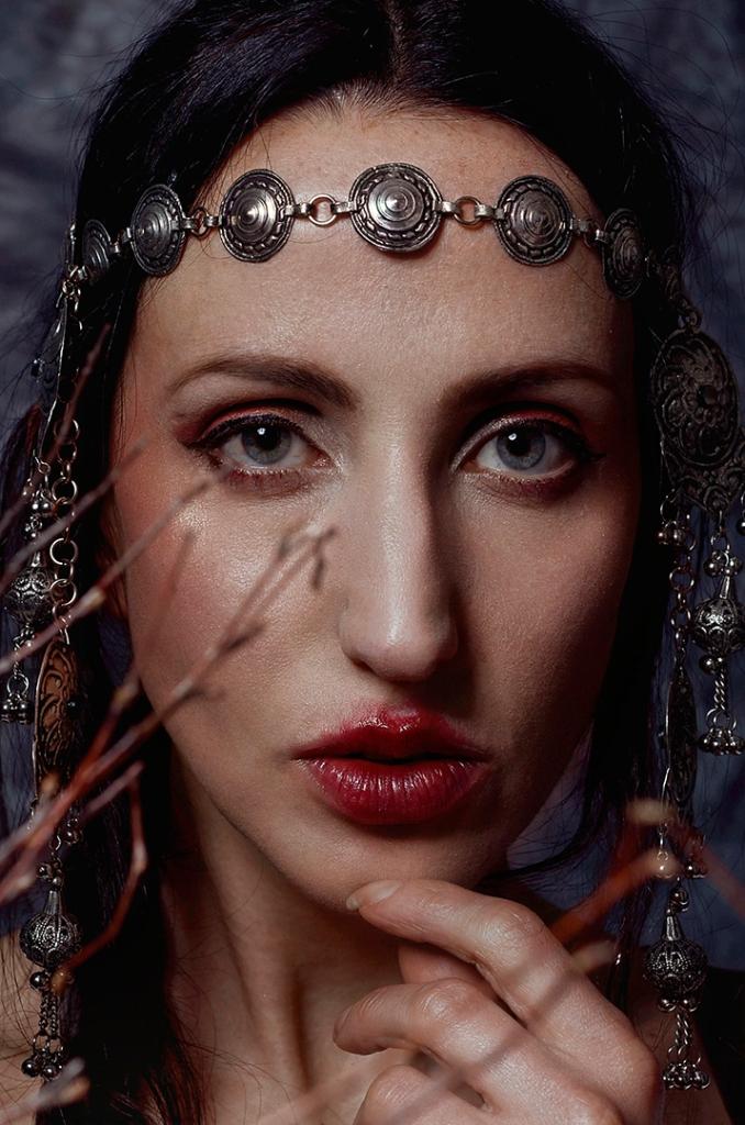 ritratto fotografico fine art rappresentante una donna con copricapo berbero e neve