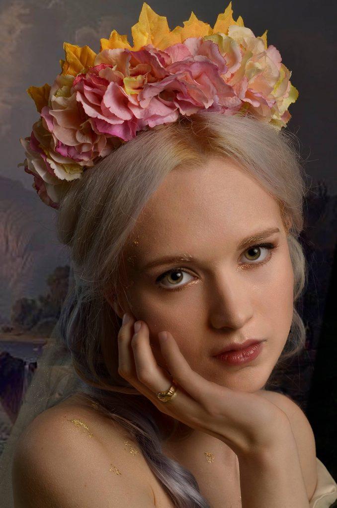 ritratto fotografico fine art di erica mottin ritraente una donna in abito da sposa con headdress floreale creato da elaine's couture