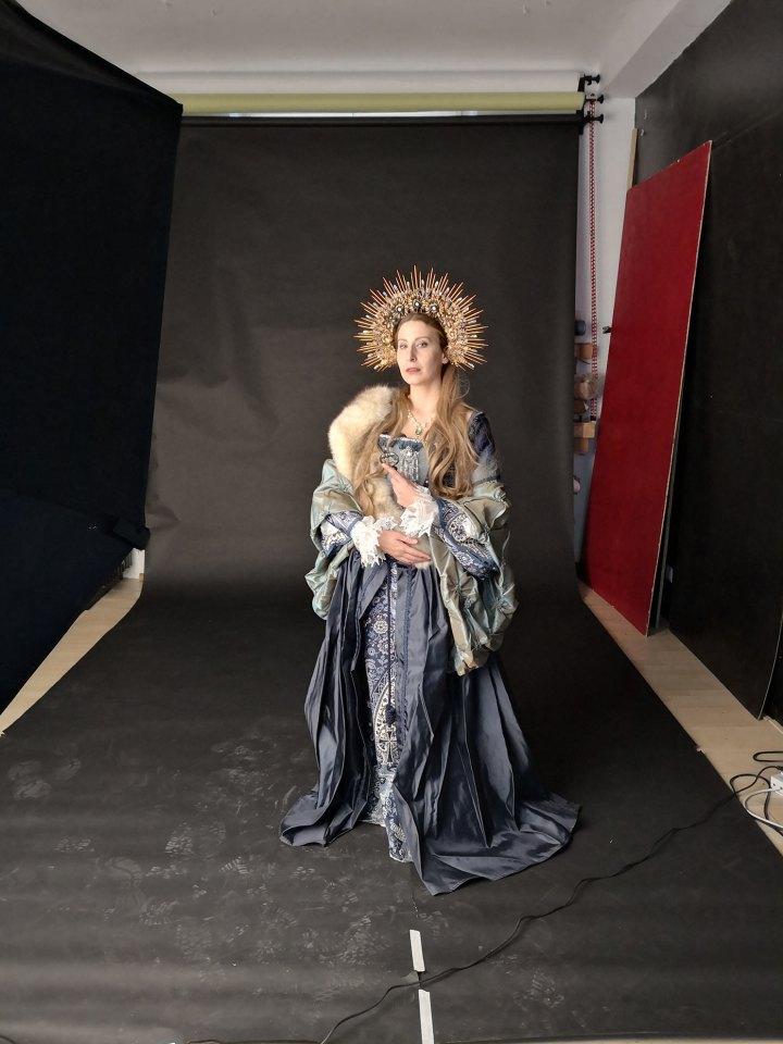 Corsi di fotografia fine art in studio con modella che indossa un abito storico e una corona creata da Hysteria Machine