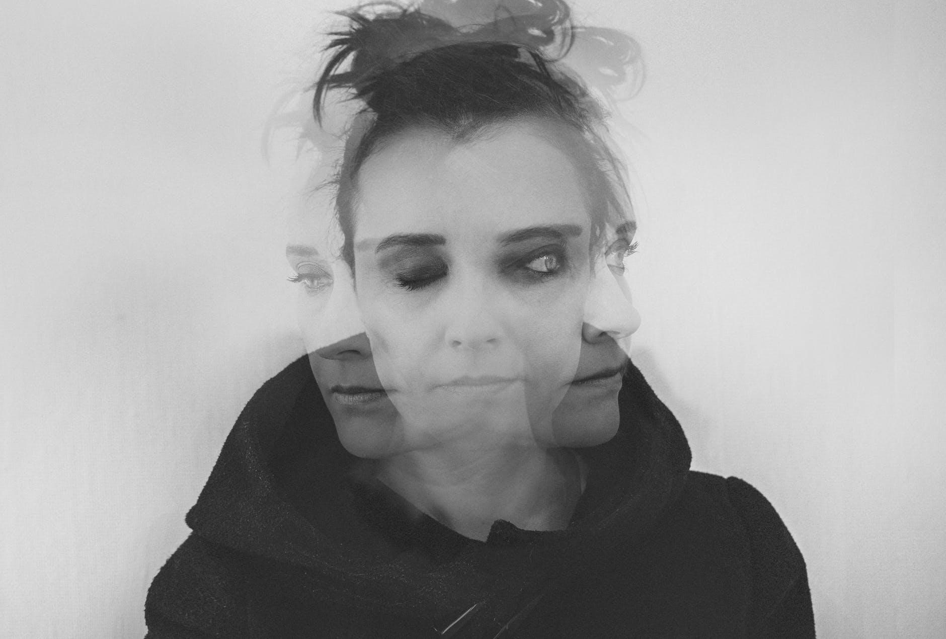 ritratto fotografico fine art in bianco e nero rappresentante una donna con i capelli legati in doppia esposizione