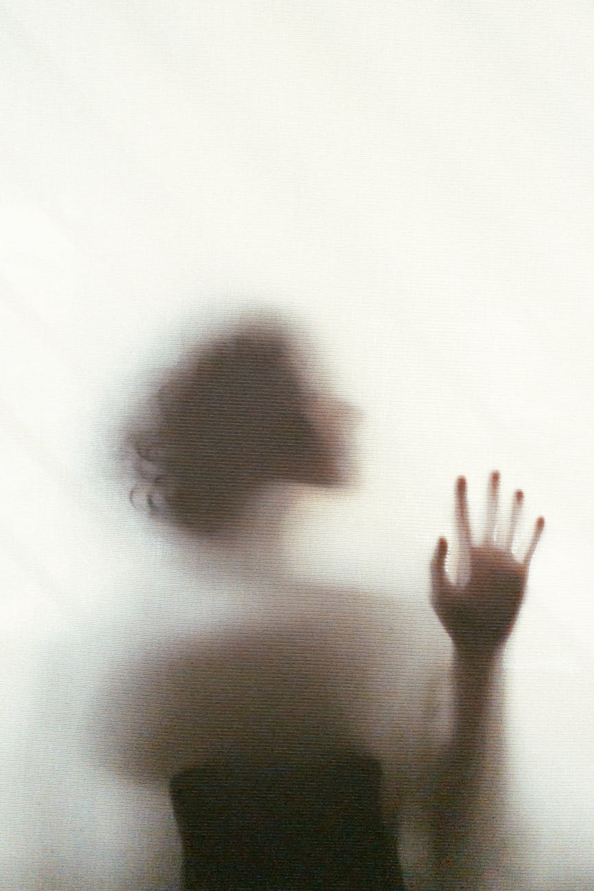 ritratto fotografico fine art di donna attraverso un vetro