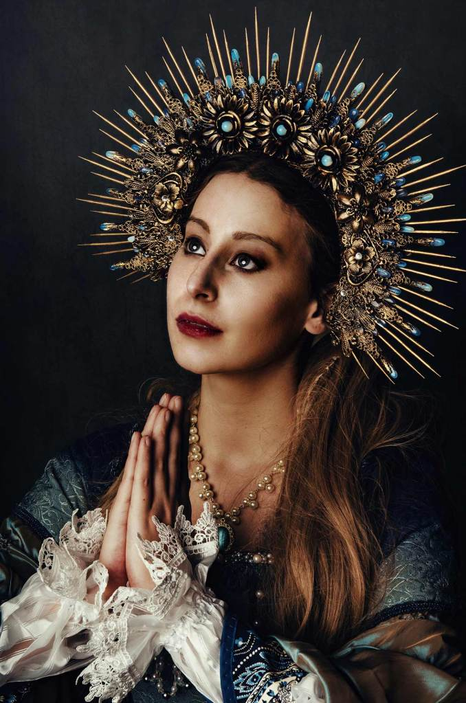 ritratto fotografico fine art rappresentante una donna in abito storico con corona di pietre oro e blu realizzata da Hysteria Machine