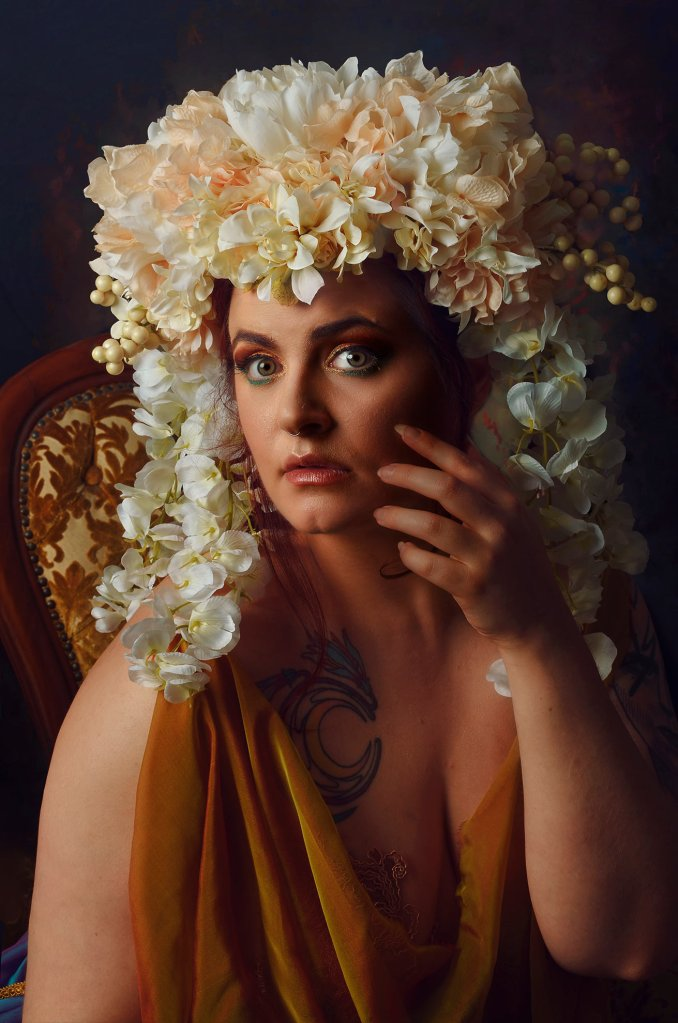 Ritratto fotografico fine art fantasy di Erica Mottin realizzato in collaborazione con la designer Elaine's Couture e rappresentante una donna con una parucca di fiori
