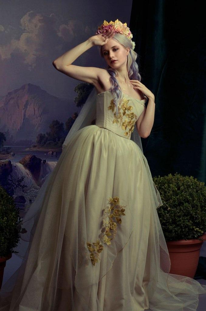 ritratto fotografico fine art di erica mottin ritraente una donna in abito da sposa con foglie d'oro creato da elaine's couture