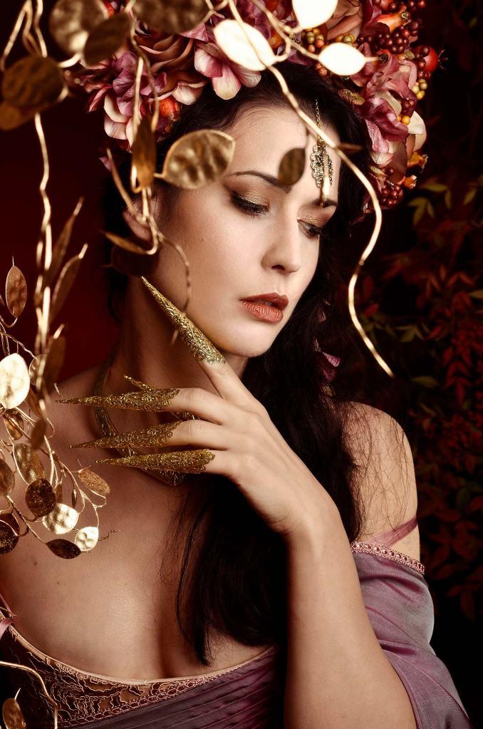 ritratto fotografico fine art rappresentante una donna in abiti e copricapo indiano e foglie d'oro