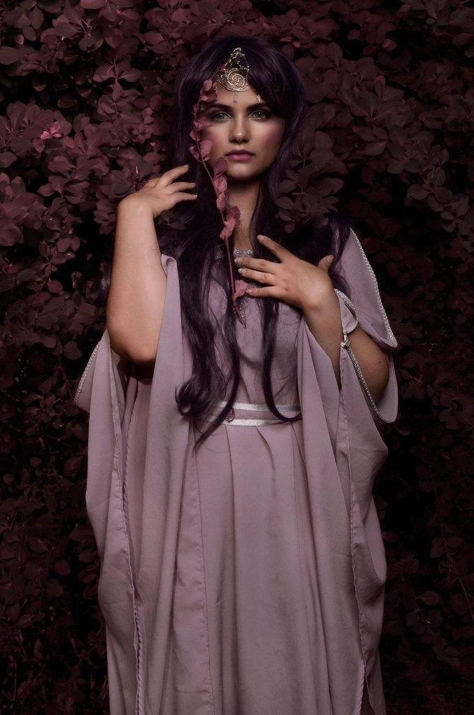 Ritratto fotografico fine art di Erica Mottin realizzato in collaborazione con la designer La Teiera di Alice e rappresentante una fata con gioiello a forma di corno in un bosco