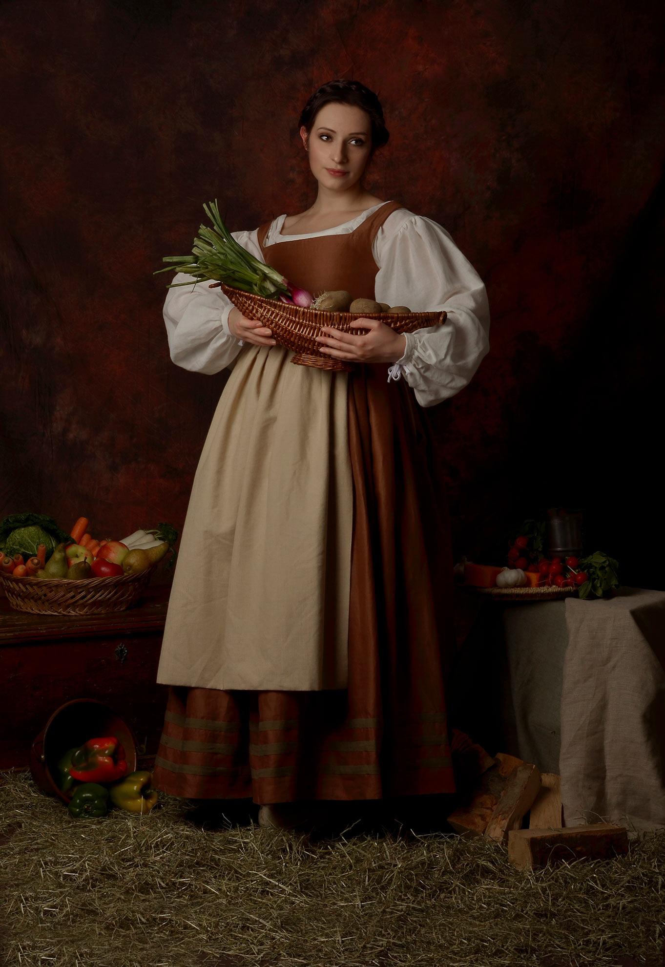 Ritratto fotografico fine art di Erica Mottin realizzato in collaborazione con la designer Elaine's Couture rappresentante una donna in abiti storici con frutta e verdura